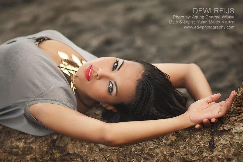 Dewi nackt Reijs Has Dewi